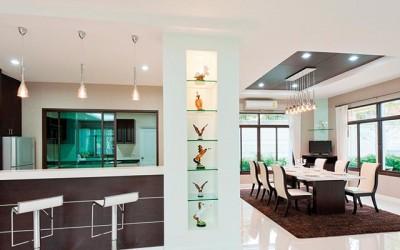 Blagovaonica i kuhinja sa svjetlećim stupom